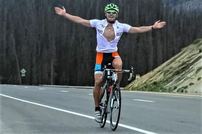 Das Bild zeigt Tobias Barkschat auf dem 3500m-Gipfel in den Rocky Mountains beim erfolgreich gefinishten Race Across America.